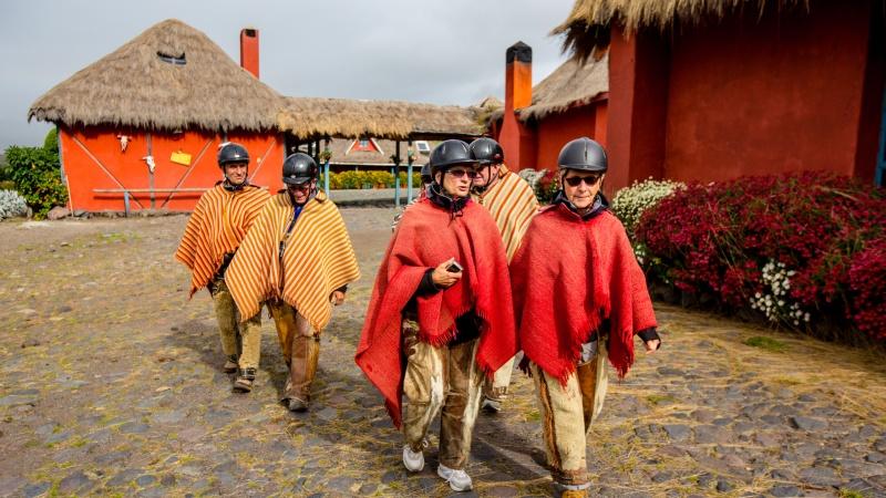 viventura Reisende in Chagrakleidung vor der Hacienda El Porvenir.