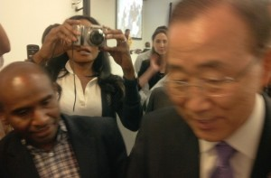 Herman Wainggai giving FRWP document to Ban Ki Moon at UN in New-York, 9 August 2012