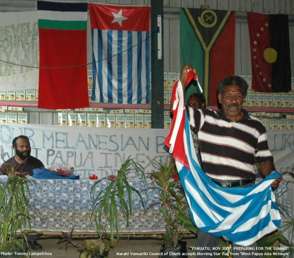 """Maraki Vanuariki Council of Chiefs accepts Morning Star flag from """"West Papua Asia Network"""""""