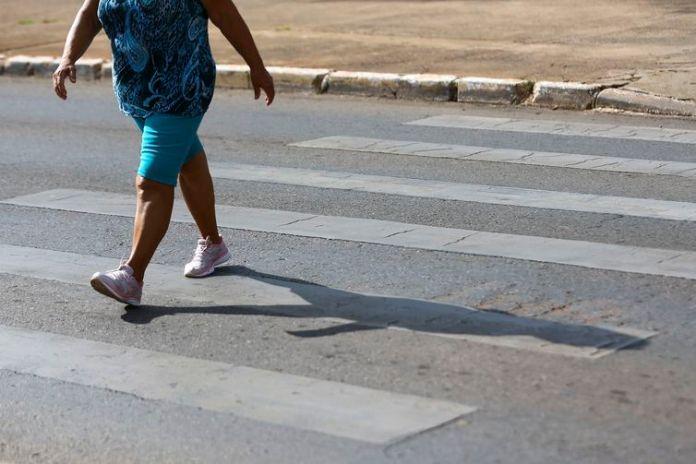 Pedestres atravessam faixa em Brasília. Há 24 anos, a capital federal instituiu o respeito ao pedestre na faixa, comportamento que é exemplo de cidadania e motivo de orgulho para os brasilienses.
