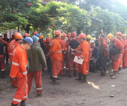 workers_protesting_zestaponi_Crop