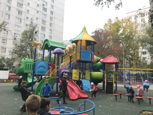 На изображении правильное расположение детской игровой площадки с сайта Dgorodki.ru Санкт-Петербург