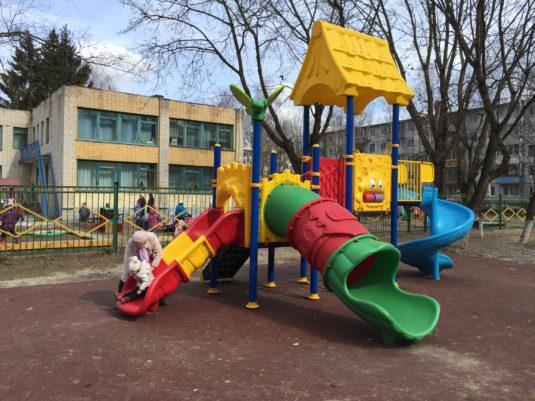 На изображении правильно размещенная детская игровая площадка с сайта Dgorodki.ru Санкт-Петербург