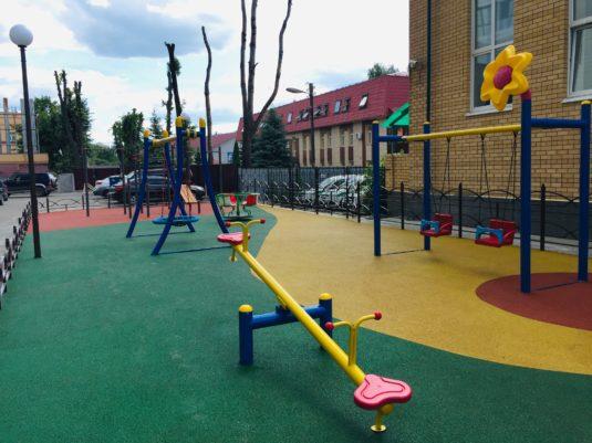 На изображении детская площадка во дворе дома от Dgorodki.ru