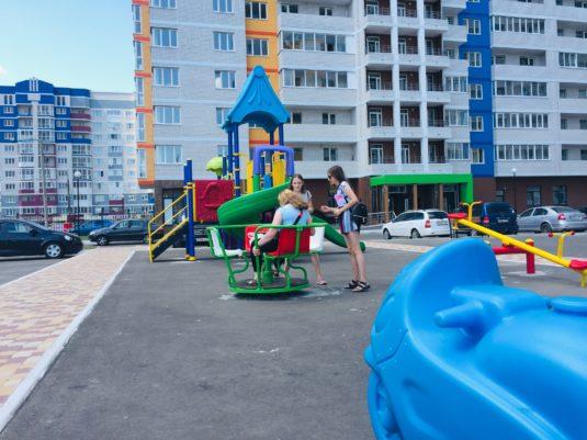 На изображении детская площадка с горками от Dgorodki.ru