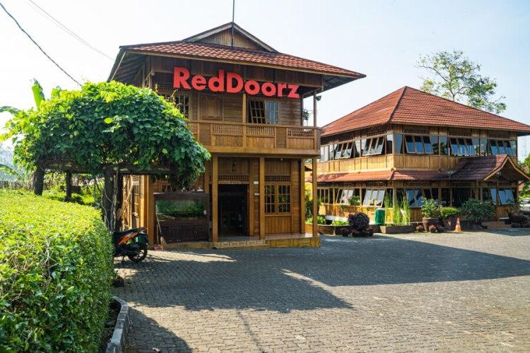 Refreshing singkat di kawasan Puncak Bogor modal hotel murah RedDoorz yang lagi promo 99 ribu.