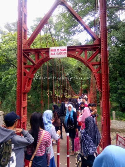 Semakin banyak orang yang males baca tanda jaman sekarang ini. Huft. There shouldn't be more than 10 people on the hanging bridge. oh well.