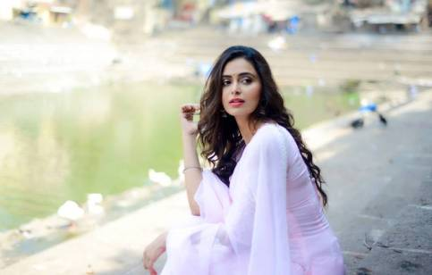 actress-meenakshi-dixit-stills6