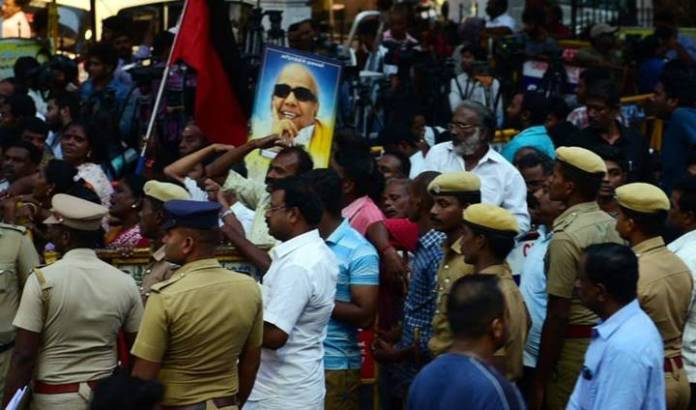 சென்னையில் பரபரப்பு: கடைகளுக்கு படையெடுத்த மக்கள் கூட்டம்!