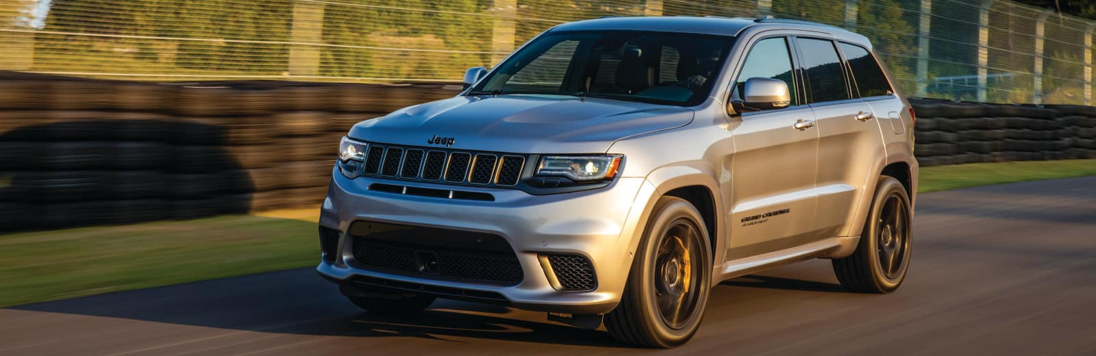 hight resolution of a jeep grand cherokee diving down an open track
