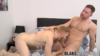 Buffed muscle hunk pounding his lover doggystyle