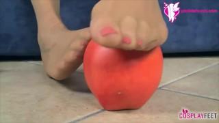 Biancaneve in collant neri masturba la mela