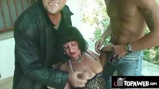 Una vampira viene inculata in folle sesso a tre