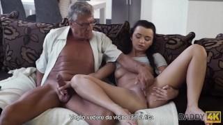 DADDY4K. Sexo tabú de viejo y dulce morena termina con semen en la boca