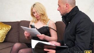 DEBT4k. Faszinierende Blondine mit lockigem Haar von Schulden gefickt