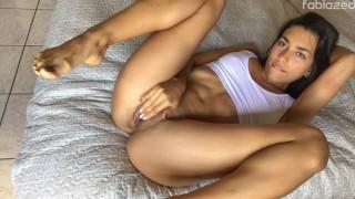 Hermosa chica se masturba mientras nadie está en casa su húmedo coño