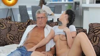 DADDY4K Bruna soddisfa i suoi bisogni sessuali usando il bastone del papà di BF