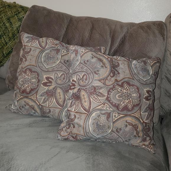 pair of 2 blue brown tan throw pillows euc