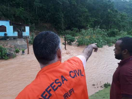 Represa se rompe em Irupi e moradores são resgatados