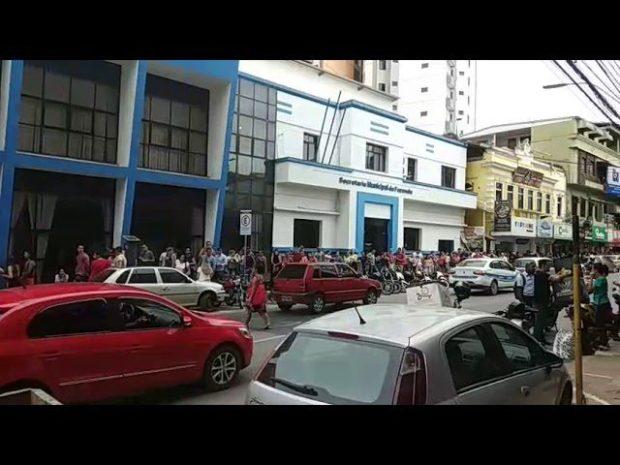 Fila gigante para comprar roupas da enchente em Cachoeiro
