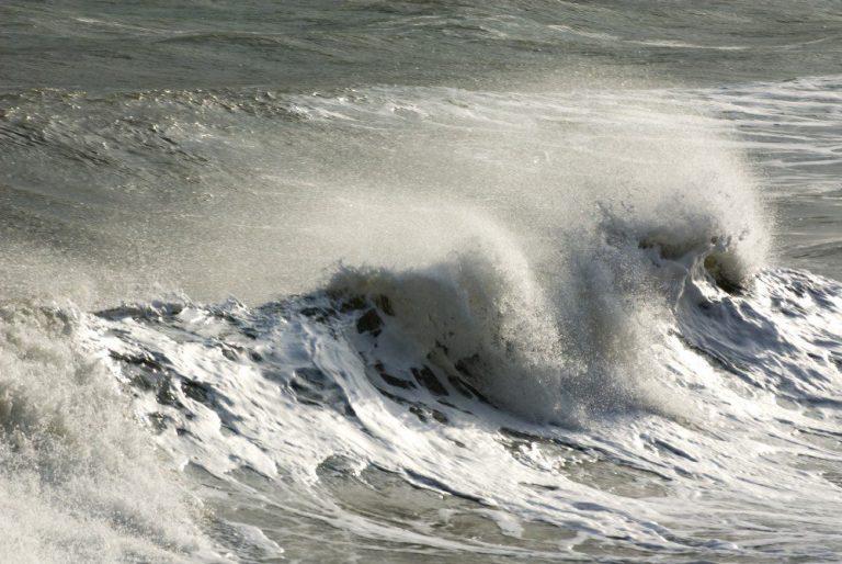 Marinha alerta para ressaca com ondas de até 3 metros no Estado