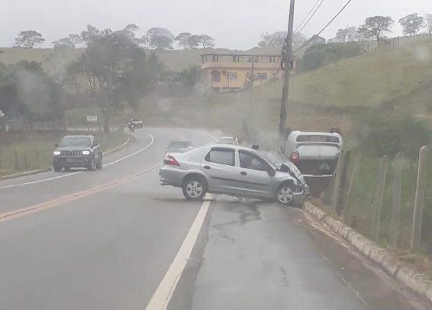 Acidente entre dois veículos deixa duas pessoas feridas em Cachoeiro