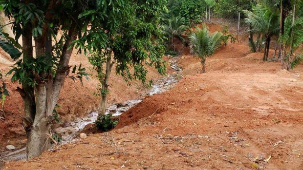 Polícia flagra terraplanagem e construção em área de preservação