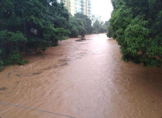 VÍDEO: Defesa Civil de Castelo alerta moradores para risco de enchente