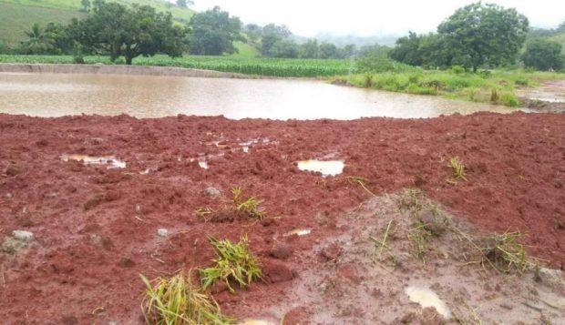 Barragens são construídas para reservar água em áreas rurais degradadas