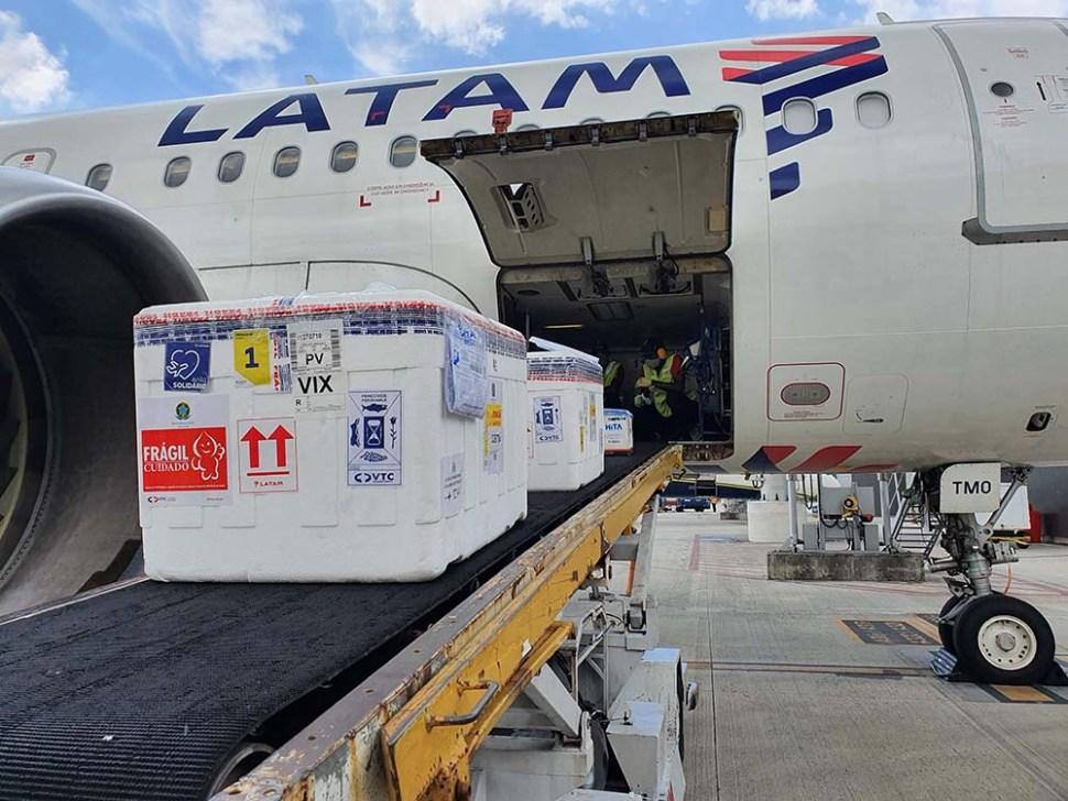 Caixas da vacina chegam ao Aeroporto de Vitória