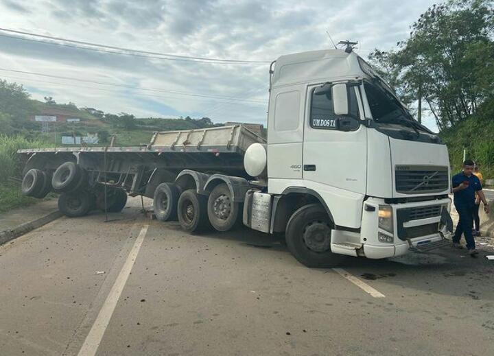 Carreta atravessada na pista interdita Rodovia ES 482 em Cachoeiro