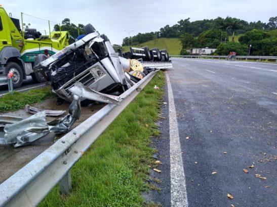 Motorista fica ferido após carreta tombar na BR 101 em Iconha