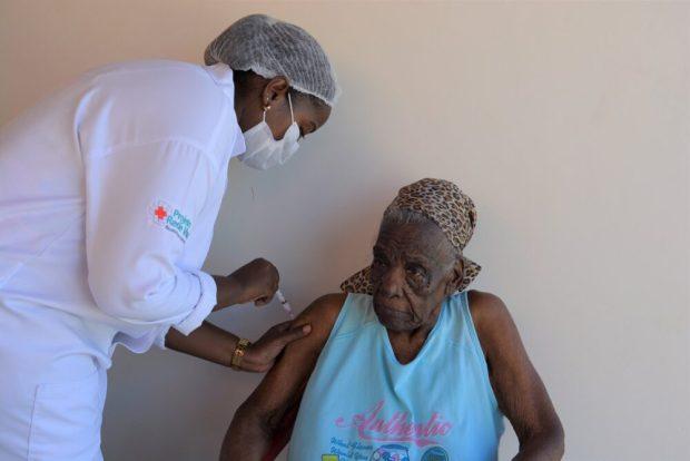 Idosa de 110 anos é vacinada contra a Covid-19 em Kennedy