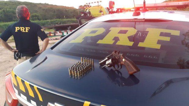 Motoqueiro armado é preso pela PRF na BR 101 ao conduzir moto com placa dobrada