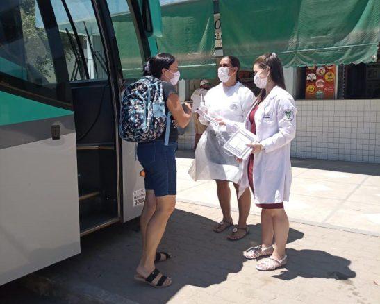 Presidente Kennedy faz barreiras informativas em terminal de ônibus