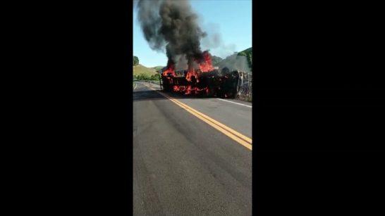 Carreta pega fogo após tombar e interdita rodovia no Sul do ES
