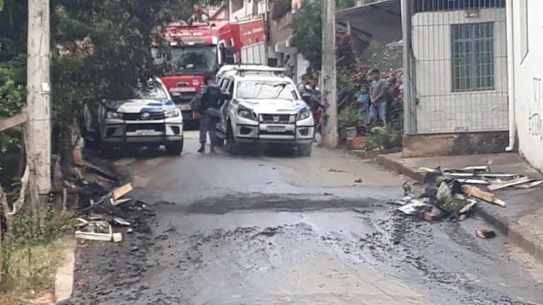 Vídeo: após negociação, polícia e bombeiros desobstruem ruas no Zumbi