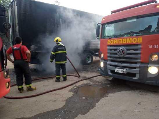 Vídeo. Roda traseira trava e carreta pega fogo na BR 101
