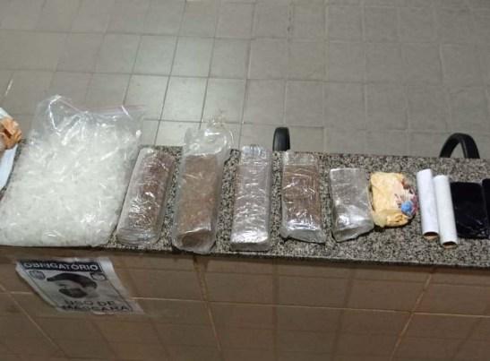 Policiais encontram droga escondida em saco de ração para cães