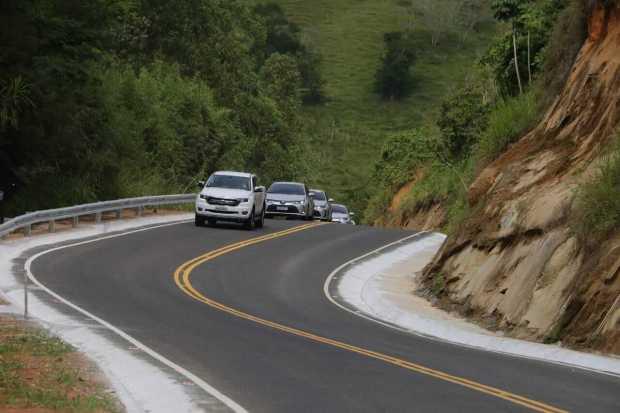 Governo pavimenta rodovias em região turística do Caparaó