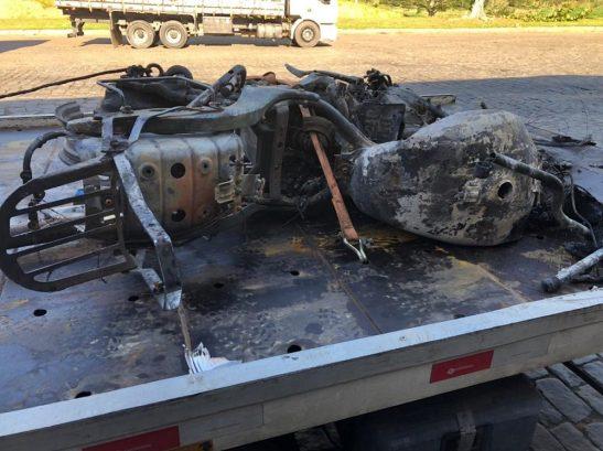 Moto bate de frente com carreta e ambos pegam fogo