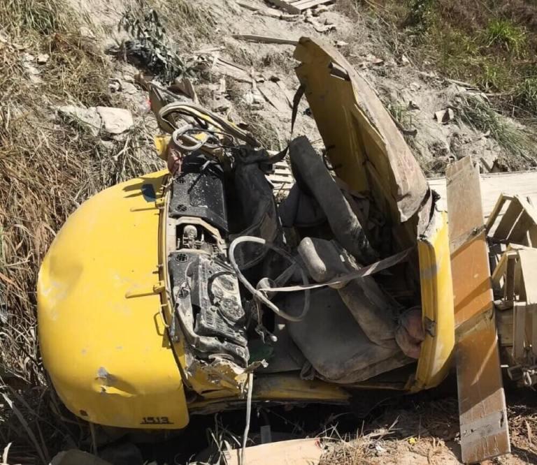 Caminhão carregado de cimento tomba em Alegre e mata motorista de 67 anos