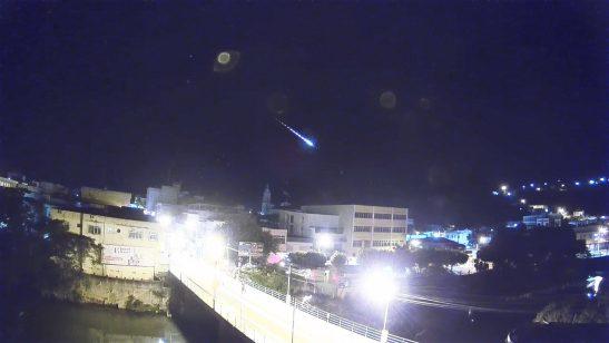Vídeo mostra o momento em que meteoro cruza o céu no Espírito Santo