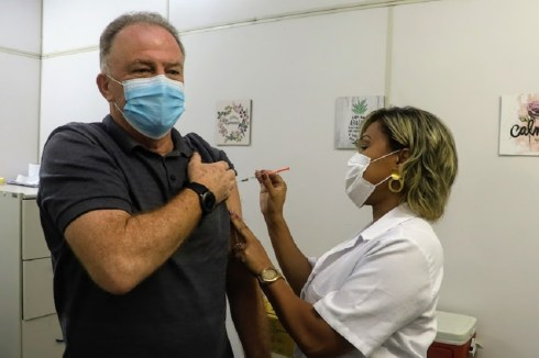 Governador Casagrande recebe dose de reforço contra o Coronavírus
