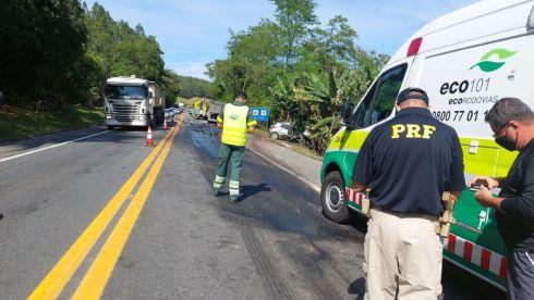 Acidente entre carreta e HB20 na BR 101 deixa professor de Piúma em estado grave
