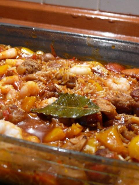 kreolischer Eintopf mit Huhn, Wurst, Garnelen, Gemüse und Vollkornreis