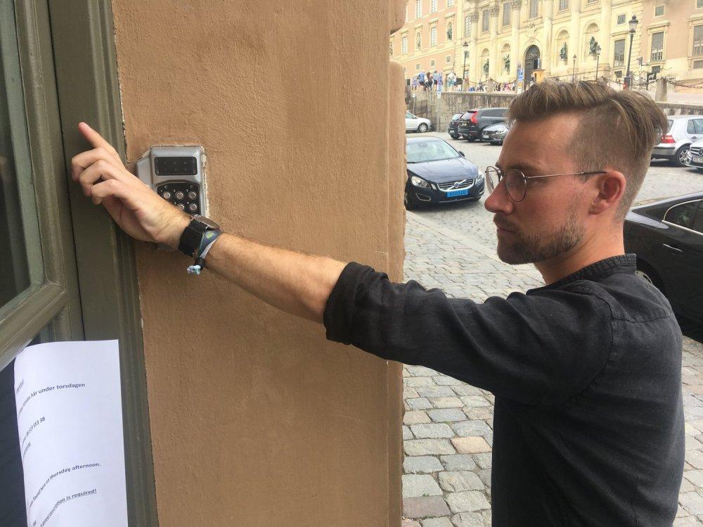 erik-opening-his-office-door-d60d4c1b16f4fd04061945d9512b0d31da9bfb2f-s1500-c85