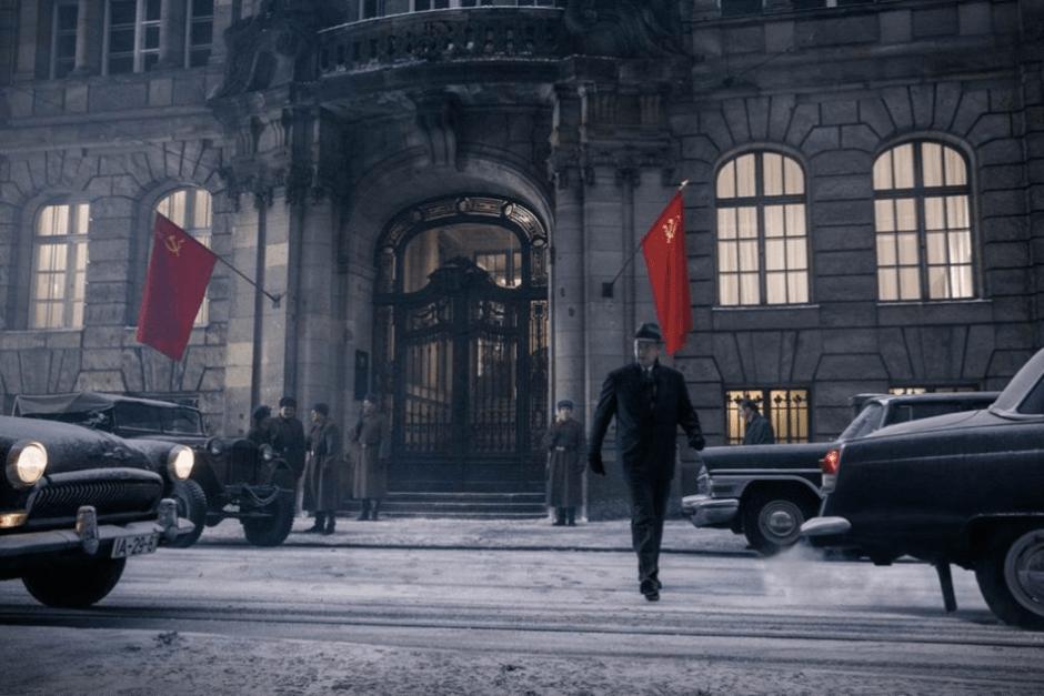 Deux drapeaux, deux voitures : la binarité est la symétrie du monde restauré pour Spielberg comme dans un tableau où rien ne bouge