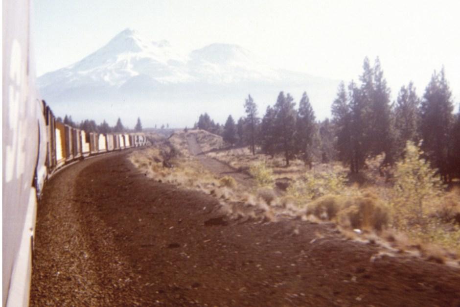 Vue du mont Shasta depuis un train (Au Fil du rail, cahier photo)