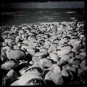 Collage avec Tryphon Latoune de 300 yeux sur les galets de la plage de Veulettes sur mer, en Normandie, 2014 © Treize Bis